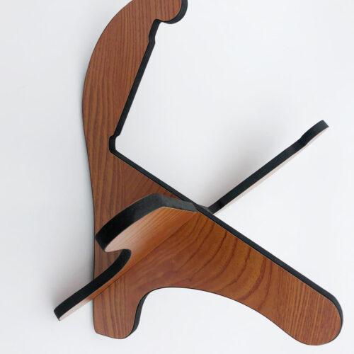 Soporte desmontable imitación madera. Tiene un diseño elegante y moderno.